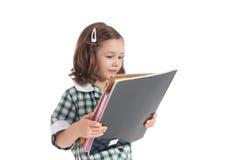 Fille d'école regardant des livres de bibliothèque photos libres de droits