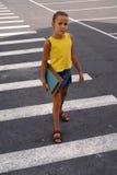 Fille d'école sur le passage clouté Image libre de droits