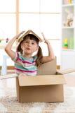 Fille d'élève du cours préparatoire d'enfant jouant dans une maison de jouet dans la chambre de crèche Photo libre de droits