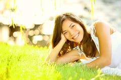 Fille d'été dans l'herbe Image libre de droits