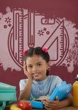 Fille d'étudiant à la table contre le tableau noir rouge avec l'éducation et le graphique d'école Photo libre de droits
