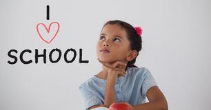 Fille d'étudiant à la table pensant sur le fond blanc avec le texte d'école d'amour d'I Photos stock
