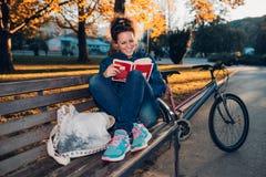 Fille d'étudiant avec le livre photographie stock libre de droits