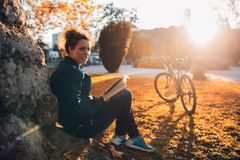 Fille d'étudiant avec le livre Photo libre de droits