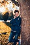 Fille d'étudiant avec le téléphone de Mobil image stock