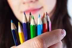 Fille d'étudiant avec les crayons colorés Photo libre de droits