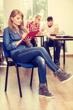 Fille d'étudiant devant ses compagnons dans la salle de classe Images libres de droits