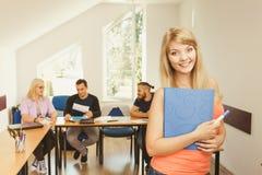 Fille d'étudiant devant ses compagnons dans la salle de classe Photos stock