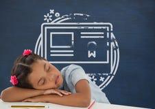 Fille d'étudiant dormant sur une table contre le tableau noir bleu avec l'école et le graphique d'éducation Photo stock