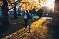 Fille d'étudiant en parc Photo stock