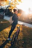 Fille d'étudiant en parc photographie stock