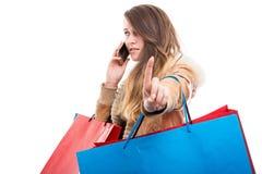 Fille d'achats occupée parlant sur le téléphone portable Photo libre de droits