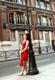 Fille d'achats sur une rue de Paris photographie stock