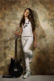 Fille d'adolescent avec la guitare électrique Image libre de droits