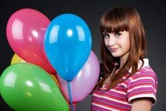 Fille d'adolescent avec les ballons bariolés Photographie stock libre de droits