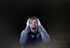 Fille d'adolescent avec les cheveux rouges sentant a désespéré criard isolé Photographie stock