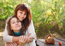 Fille d'adolescent avec sa mère   Image libre de droits