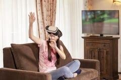 Fille d'adolescent ayant l'amusement avec des verres de réalité virtuelle à la maison photo stock
