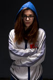Fille d'adolescent dans l'ombre avec des bras croisés Photo stock