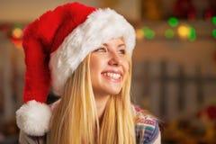 Fille d'adolescent dans le chapeau de Santa Image libre de droits