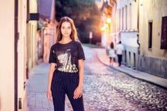 Fille d'adolescent dans une rue de ville photographie stock libre de droits
