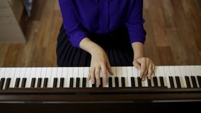 Fille d'adolescent de mains jouant sur le clavier du piano numérique banque de vidéos