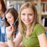 Fille d'adolescent de sourire d'étudiant à la pièce d'étude Photos libres de droits