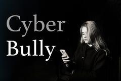 Fille d'adolescent effrayée par jeunes semblant inquiétée et désespérée au téléphone portable comme l'Internet a égrappé la victi photographie stock