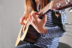 Fille d'adolescent jouant la guitare photos stock