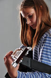 Fille d'adolescent jouant la guitare photos libres de droits