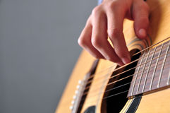 Fille d'adolescent jouant la guitare photo libre de droits