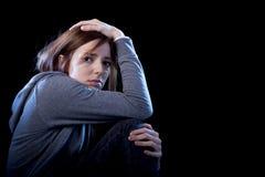 Fille d'adolescent sentant la douleur triste et désespérée effrayée isolée Photographie stock