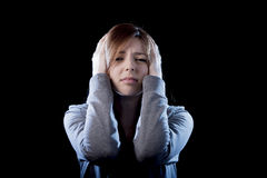 Fille d'adolescent sentant la victime de intimidation de souffrance triste et désespérée effrayée seule de dépression Photographie stock