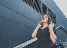 Fille d'affaires dans parler noir au téléphone Images libres de droits