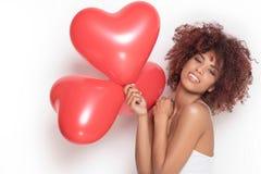 Fille d'afro-américain avec les baloons en forme de coeur Photo stock