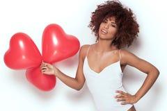 Fille d'afro-américain avec les baloons en forme de coeur Images stock