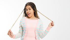 Fille d'afro-américain dans des vêtements de mode sur le fond blanc Hippie de femme avec la coiffure Afro Copiez l'espace drapeau photo stock