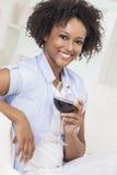 Fille d'Afro-américain de métis buvant du vin rouge Image libre de droits