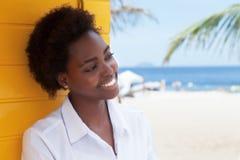 Fille d'afro-américain près de plage dans l'amour Photo libre de droits