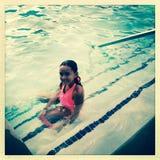 Fille d'Amerasian dans une piscine Image stock