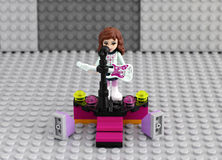 Fille d'amis de Lego avec la guitare électrique sur l'étape Photo stock