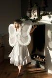 Fille d'ange avant noel touchting de place d'incendie Photo libre de droits