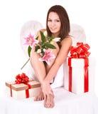 Fille d'ange avec le cadre de cadeau. Veille de la toussaint. Image stock