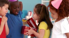 Fille d'anniversaire ouvrant un présent clips vidéos