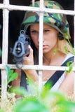 Fille d'armée avec le fusil Image libre de droits
