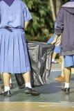 Fille d'ASEAN de main tenant les sacs de déchets noirs photo libre de droits