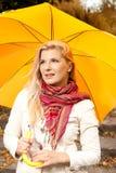 Fille d'automne avec le parapluie en stationnement Photos libres de droits
