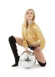 Fille d'or de jupe avec la bille de disco Image libre de droits