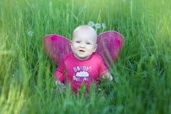 Fille d'enfant avec des ailes photo stock