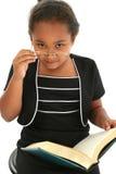 Fille d'enfant avec l'affichage en verre photos stock